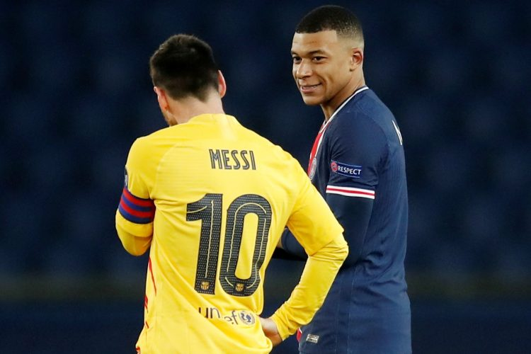 Barcelona's Lionel Messi with Paris St Germain's Kylian Mbappe Barselona Mesi Mbape PSŽ