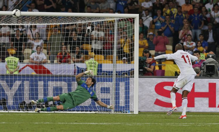 Bufon Jang euro 2012 Italy goalkeeper Gianluigi Buffon watches a ball by England's Ashley Young hitting the bar in the penalty shootout of the Euro 2012 soccer championship quarterfinal match between England and Italy in Kiev