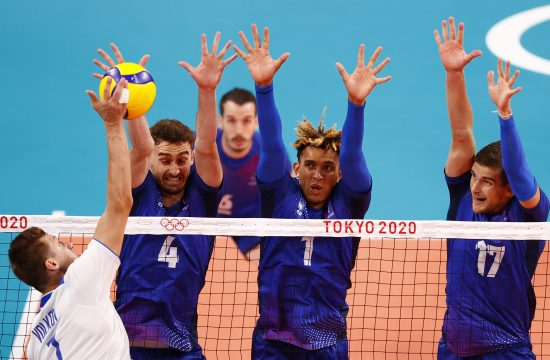 Dmitry Volkov of the Russian Olympic Committee in action with Jean Patry of France, Barthelemy Chinenyeze of France and Trevor Clevenot of France. Odbojka Olimpijske igre Tokio 2020 Dmitri Volkov Žan Patri