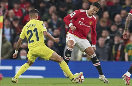 Mančester Junajted Kristijano Manchester United's Cristiano Ronaldo, right, and Villarreal's Yeremy Pino battle for the ball during the Champions League Group F
