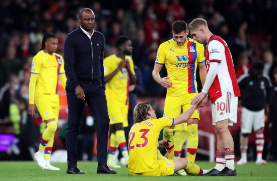 Patrik Vijeira Crystal Palace manager Patrick Vieira looks dejected after the match as Arsenal's Emile Smith Rowe helps Crystal Palace's Conor Gallagher Kristal Palas
